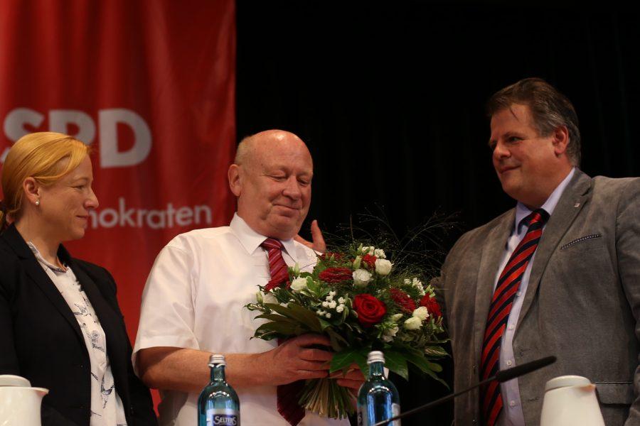 Dagmar Schmidt, MdB (l.) und Stephan Grüger, MdL (r.) gratulieren Wolfgang Schuster zur Nominierung