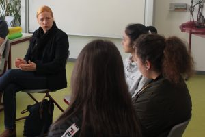 Dagmar Schmidt, MdB im Gespräch mit Schülerinnen der Schwingbachschule in Hüttenberg.